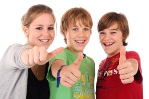 Drei Jugendliche Daumen nach oben