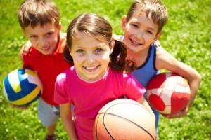 Drei kinder mit baellen