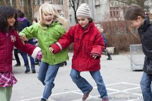 Mädchen toben auf Schulhof